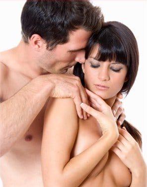 Erotisches Paar, unbekleidet, in liebevoller Umarmung