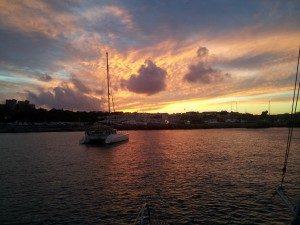 Catamaran ankert vor Rhodos im Sonnenuntergang