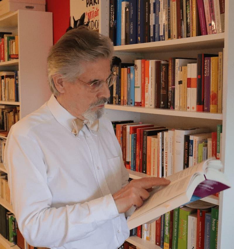 Manfred Peter Lederer liest viele Bücher